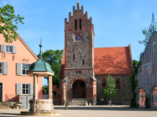 Ansicht der historischen Feldsteinkirche aus dem 13. Jahrhundert