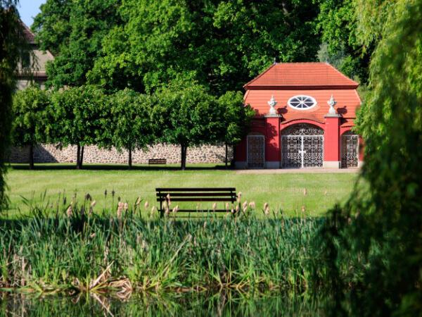 Aussenansicht vom Teehaus über den Teich