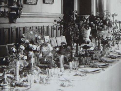 Historische Ansicht einer festlichen Tafel im Speisezimmer